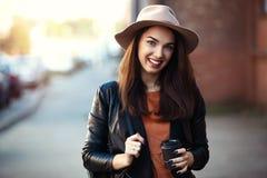 Ritratto della ragazza abbastanza d'avanguardia dei giovani che posa alla città, modo della donna di modo del primo piano della v Fotografia Stock