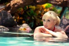 Ritratto della ragazza in acqua fotografia stock