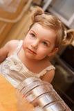 Ritratto della ragazza ad una tavola. Fotografia Stock