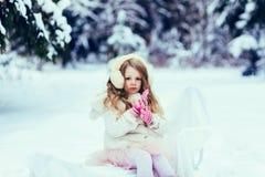 Ritratto della ragazza adorabile in cuffie della pelliccia fotografia stock libera da diritti