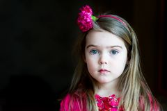 Ritratto della ragazza adorabile del bambino con la fascia Immagine Stock