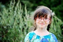 Ritratto della ragazza adorabile del bambino in vetri Immagine Stock