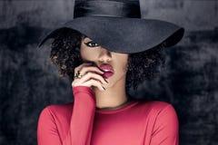 Ritratto della ragazza afroamericana in cappello Fotografie Stock Libere da Diritti