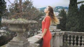 Ritratto della ragazza alla moda al vestito rosso video d archivio