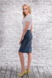 Ritratto della ragazza alla moda su fondo grigio Fotografia Stock Libera da Diritti