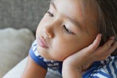 Ritratto della ragazza annoiata ed infelice, mostrante sensibilità negativa Fotografia Stock
