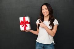 Ritratto della ragazza asiatica castana 20s in demonstra dell'abbigliamento casuale Immagini Stock