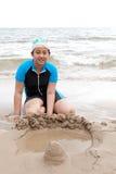 Ritratto della ragazza asiatica che gioca sulla spiaggia di sabbia con emozione felice del fronte Fotografie Stock