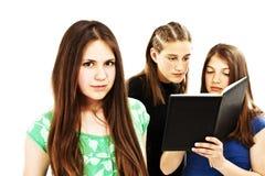 Ritratto della ragazza astuta dell'allievo con i compagni di classe Immagine Stock