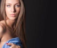Ritratto della ragazza attraente che riguarda il vostro corpo Fotografia Stock