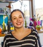 Ritratto della ragazza attraente che sorride a casa fotografia stock
