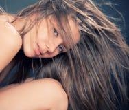 Ritratto della ragazza attraente con capelli fly-away Immagini Stock