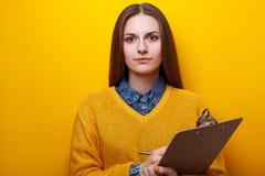 Ritratto della ragazza attraente con la lavagna per appunti Immagine Stock Libera da Diritti