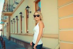 Ritratto della ragazza bionda alla moda fotografia stock