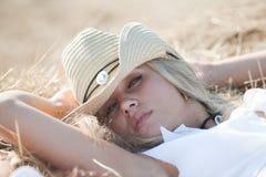 Ritratto della ragazza bionda in cappello Immagine Stock