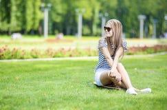 Ritratto della ragazza bionda caucasica sveglia e positiva Posi dell'adolescente Fotografia Stock