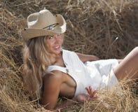 Ritratto della ragazza bionda in vestito e cappello bianchi Fotografia Stock