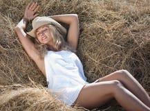 Ritratto della ragazza bionda in vestito e cappello bianchi Immagine Stock Libera da Diritti