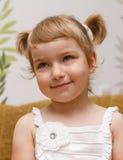 Ritratto della ragazza a casa. Fotografie Stock Libere da Diritti