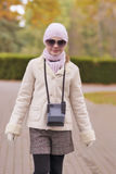 Ritratto della ragazza caucasica che cammina nel parco Fotografia Stock