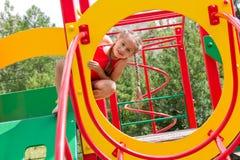 Ritratto della ragazza caucasica prescolare che gioca sul campo da giuoco Fotografia Stock