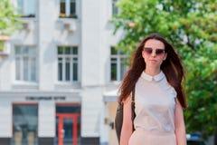 Ritratto della ragazza che esamina macchina fotografica La ragazza felice gode del suo fine settimana in città europea Fotografie Stock Libere da Diritti