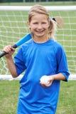 Ritratto della ragazza che gioca hockey alla scuola fotografia stock