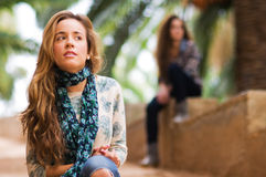 Ritratto della ragazza che guarda con l'espressione seria Fotografia Stock