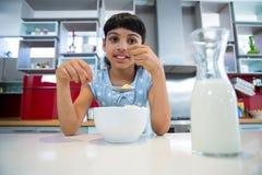 Ritratto della ragazza che mangia prima colazione sana Fotografia Stock Libera da Diritti