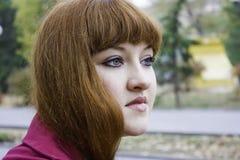Ritratto della ragazza che osserva in avanti Immagini Stock