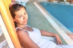 Ritratto della ragazza che riposa su una chaise-lounge del sole Fotografie Stock Libere da Diritti