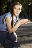 Ritratto della ragazza che si siede nella sosta Fotografie Stock