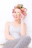 Ritratto della ragazza che tiene un cetriolo della fetta Immagine Stock Libera da Diritti