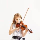 Ritratto della ragazza con corda ed il violino di gioco Fotografie Stock