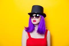 Ritratto della ragazza con i capelli ed il cilindro porpora di colore Fotografie Stock