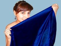 Ritratto della ragazza con i tessuti Fotografie Stock