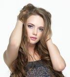 Ritratto della ragazza con il fronte grazioso con i capelli lunghi Fotografia Stock