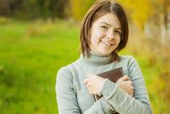 Ritratto della ragazza con il libro Fotografia Stock