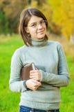 Ritratto della ragazza con il libro Immagini Stock