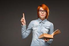 Ritratto della ragazza con il libro sopra fondo grigio Copi Spac Fotografia Stock Libera da Diritti