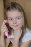 Ritratto della ragazza con il telefono rosa Fotografia Stock