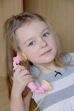 Ritratto della ragazza con il telefono rosa Immagine Stock Libera da Diritti