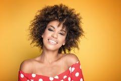 Ritratto della ragazza con l'acconciatura di afro Immagini Stock