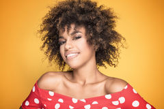 Ritratto della ragazza con l'acconciatura di afro Immagine Stock