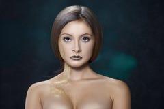 Ritratto della ragazza con l'acconciatura perfetta Fotografia Stock