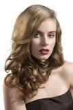Ritratto della ragazza con l'espressione sensuale dei capelli ondulati immagine stock libera da diritti