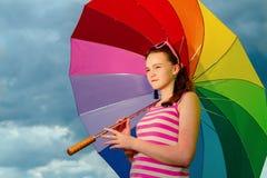 Ritratto della ragazza con l'ombrello variopinto Fotografia Stock