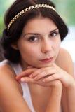 Ritratto della ragazza con la catena dorata in suoi capelli Immagini Stock