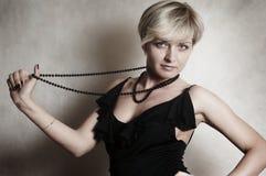 Ritratto della ragazza con la collana Immagini Stock Libere da Diritti