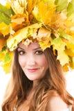 Ritratto della ragazza con la corona di autunno di permesso dell'acero Immagine Stock